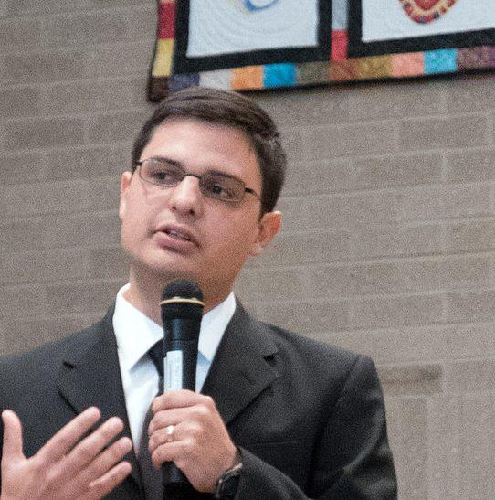 Miguel Vargas Compartiendo despues de su Compromiso